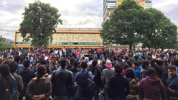Un grupo de estudiantes que realizaba una asamblea para debatir lo ocurrido en Oaxaca se deslindó de los actos violentos.