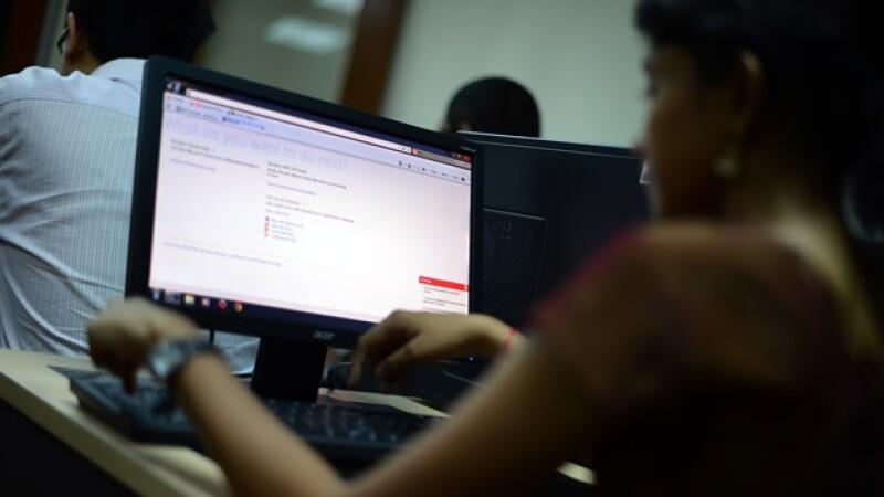 una mujer trabaja en una computadora