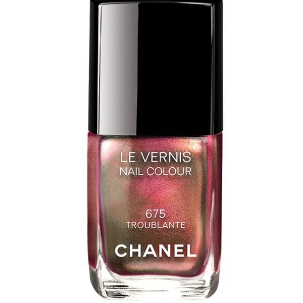 Chanel presenta su colección de Navidad con el esmalte Le Vernis Troublante. Además de lucir espectacular para las fiestas, cubrirá y protegerá tus uñas. El Palacio de Hierro Santa Fe. Precio en punto de venta.