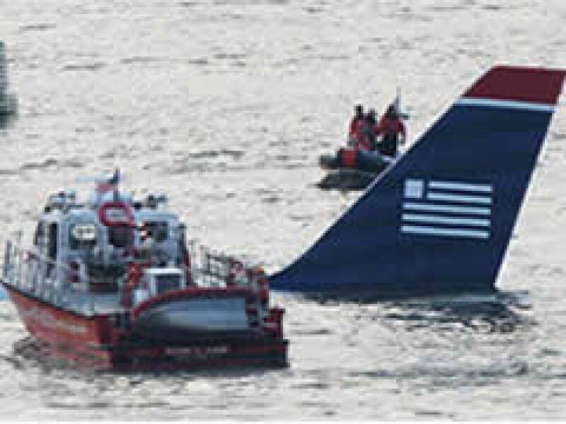 Las autoridades arribaron al sitio del percance aéreo. (Foto: AP)