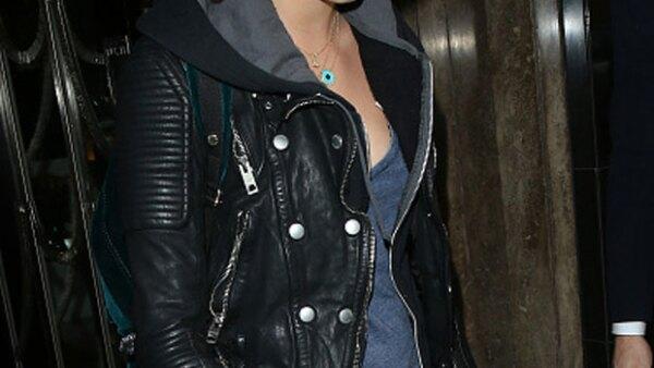 La ahora actriz se confiesa ofendida en Twitter por el acoso que tuvo en el aeropuerto de Londres, por parte de los fotógrafos que no la dejaban ni caminar.