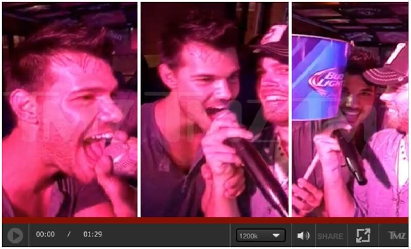 Entre risas y bebidas, el actor tomó el valor de subirse totalmente ebrio a un escenario y apoderarse del micrófono para cantar.