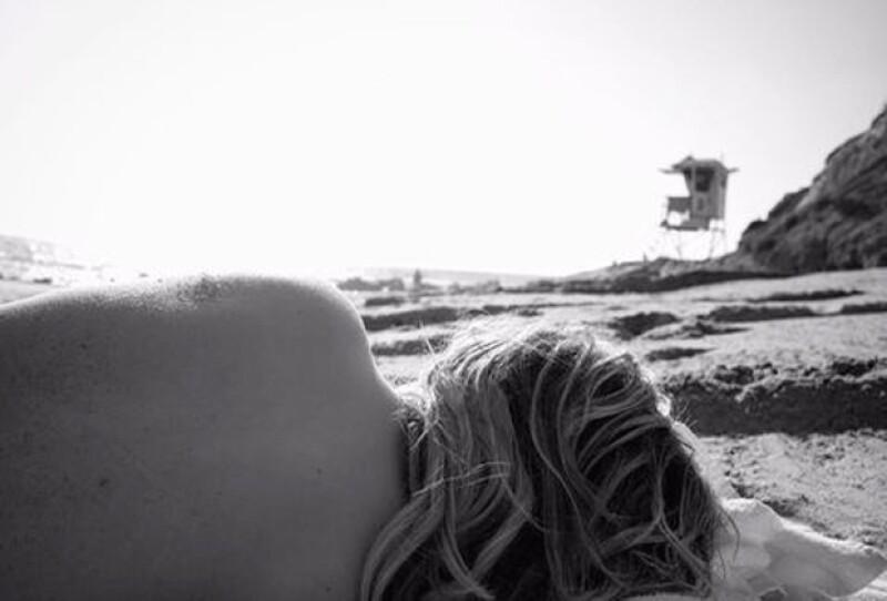 Después de criticar a Kim Kardashian por publicar una foto desnuda, la actriz publicó una imagen de su espalda que despertó críticas.