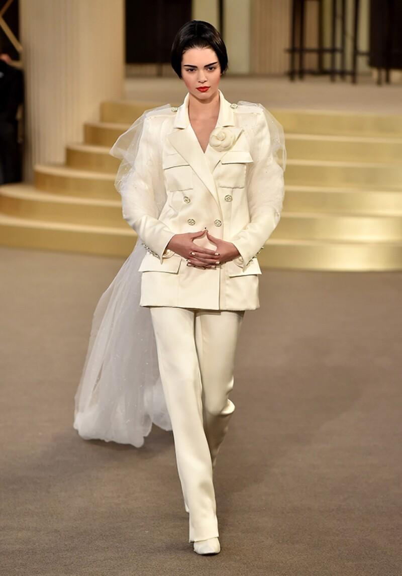 La modelo de 19 años tuvo el honor de cerrar la presentación de la colección Alta Costura Otoño-Invierno 2015/16 de Chanel, que se realizó en el Grand Palais de París decorado como casino.