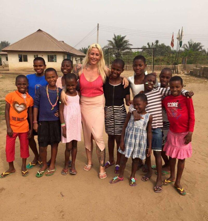 La activista danesa en compañía de algunos niños que cuida en su orfanato.