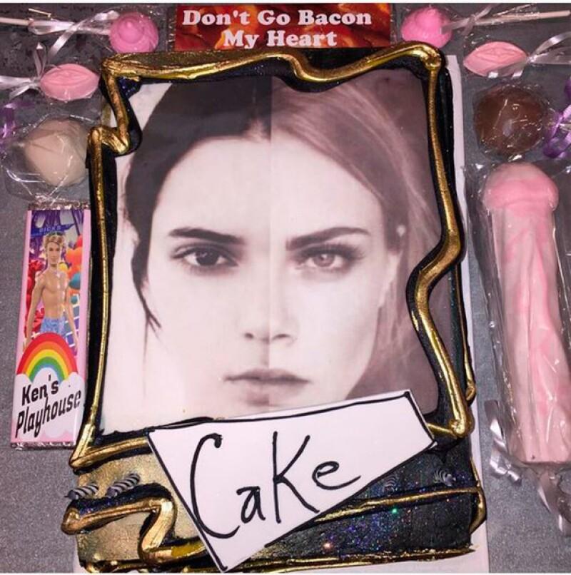 La modelo británica celebró a su gran amiga con un pastel decorado con el rostro de ambas y algunos dulces de figuras sexuales.
