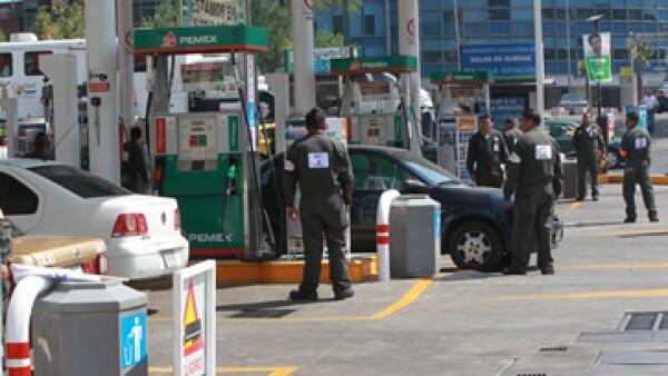 El Gobierno afirma que el deslizamiento de nueve centavos ha sido insuficiente para bajar el subsidio que otorga a estos combustibles. (Foto: Notimex)