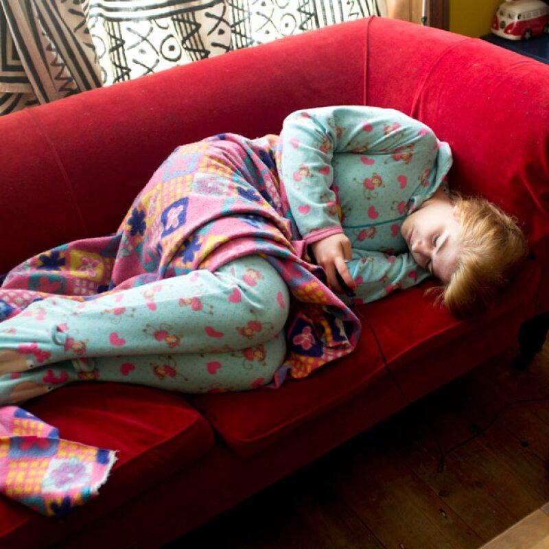 El hecho de estar revisando tu celular antes de dormir, genera que el sueño se te vaya o en su defecto puede hacer que te despiertes a mitad de la noche por alguna notificación.