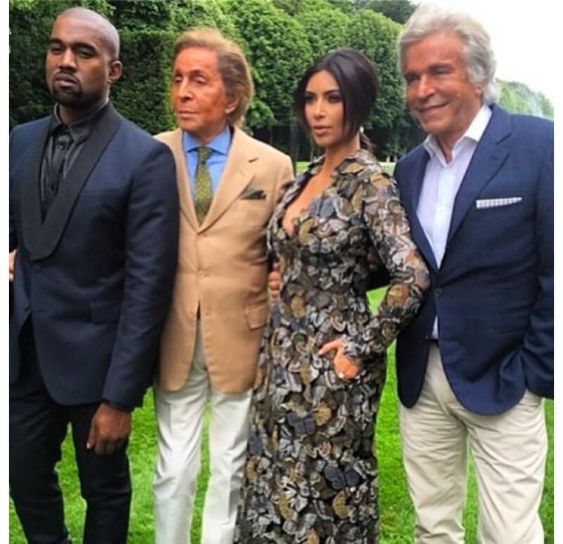Kanye, Valentino y Kim posaron para la foto del recuerdo en los jardínes de la casa del diseñador.