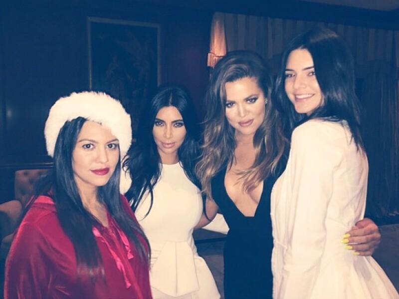 Las hermanas Kardashian compartieron varias fotografías de su íntima celebración.