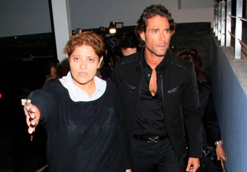 Sebastián Rulli en el funeral de la mamá de Angelique Boyer.