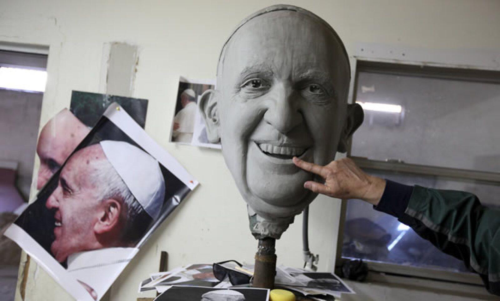 Un escultor en Ciudad Juárez creó un molde con la cara del pontífice argentino.