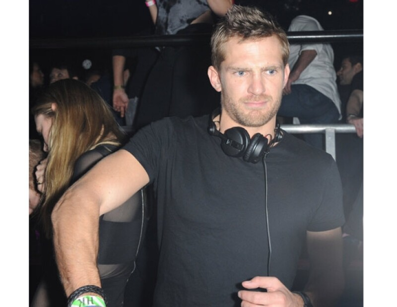 Jacobi Anstruther-Gough Calthorpe disfruta mucho de la fiesta electrónica.