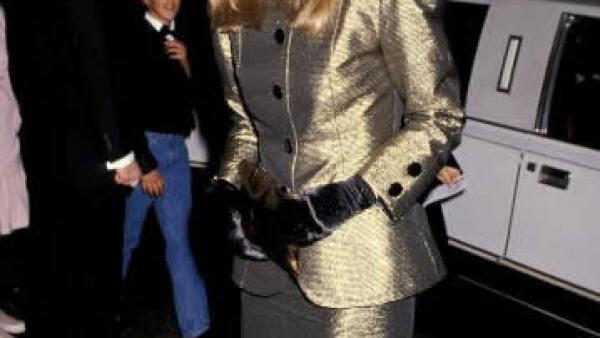 1989: Con un clásico look ochentero, Meryl asistió a los Globos de Oro, con un traje de falda y saco dorado, combinados con guantes negros y pelo y joyería enormes.