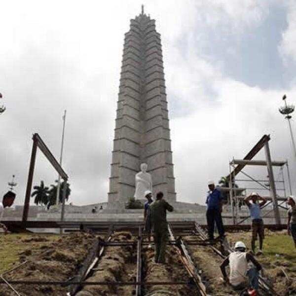 breros cubanos montan una estructura de acero en la emblemática Plaza de la Revolución de La Habana