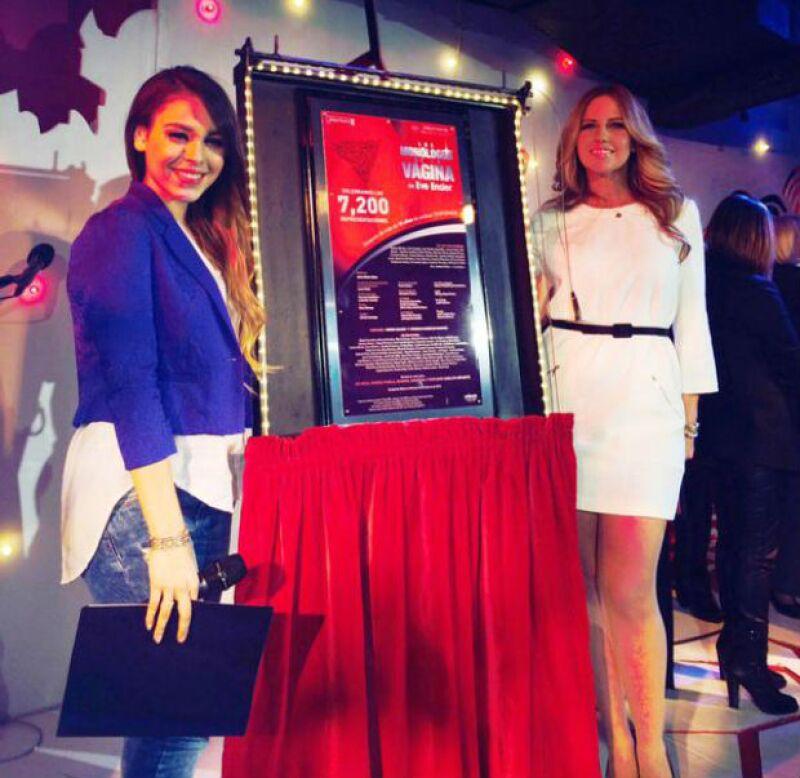 Danna Paola develó la placa de 7,200 representaciones de Monólogos de la Vagina junto a Raquel Bigorra.