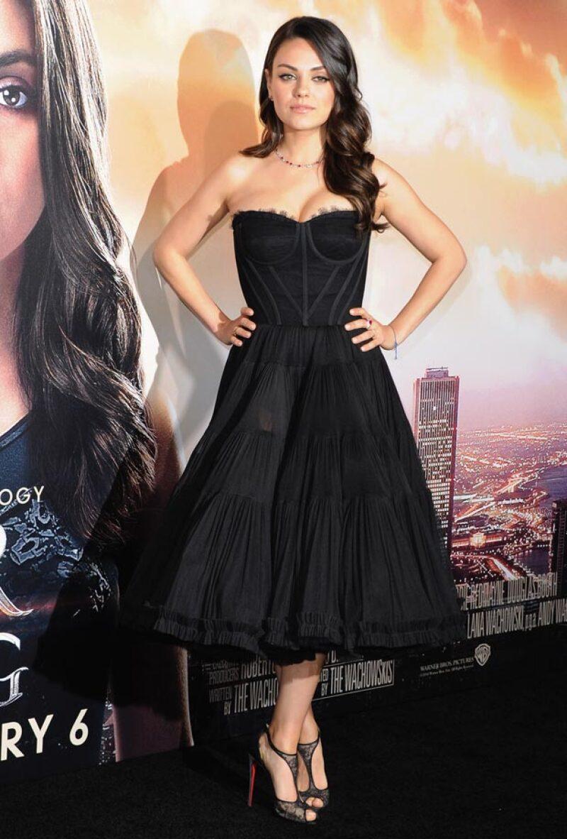 En su primera aparición en una red carpet, tras dar a luz a su primera hija, la actriz lució elegante y glamurosa en un vestido con el que mostró sus atributos.