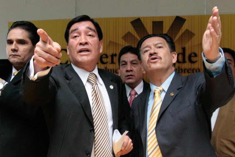 Guadarrama (izq), acompañado del entonces también senador perredista Carlos Navarrete.