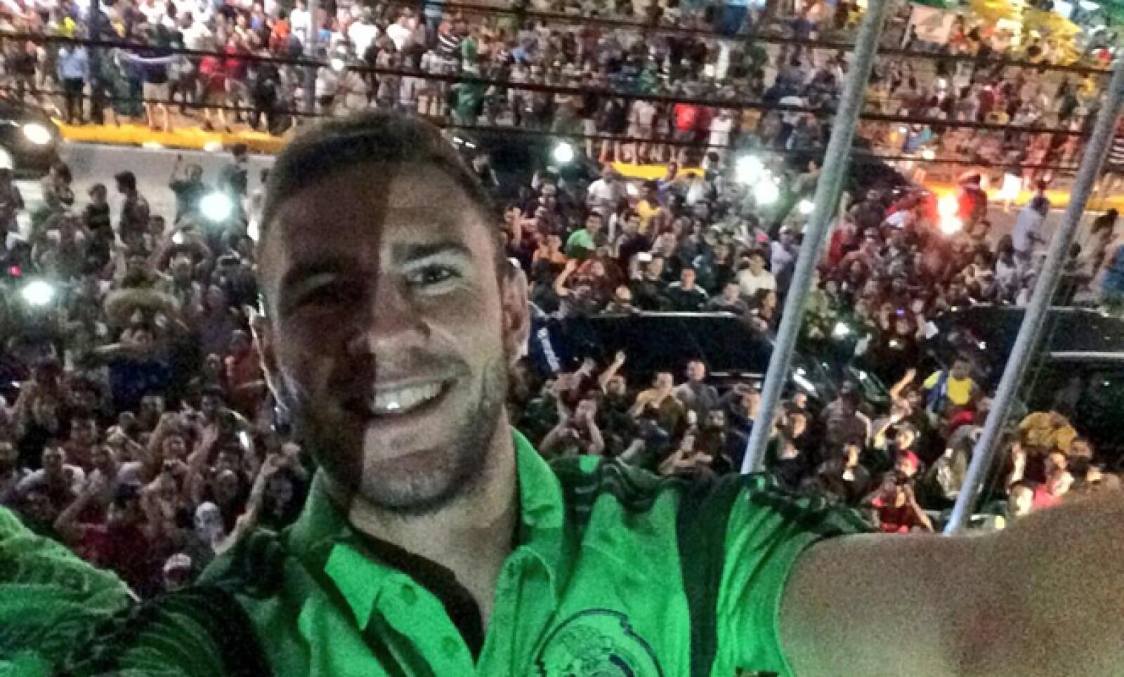 El mexicano Miguel Layún se tomó una 'selfie' previo al juego contra Brasil, cuando cientos de aficionados vitorearon y cantaron junto al equipo.