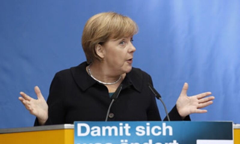 Merkel adviritó que se puede vivir un efecto dominó si se da un impago de Grecia. (Foto: Reuters)