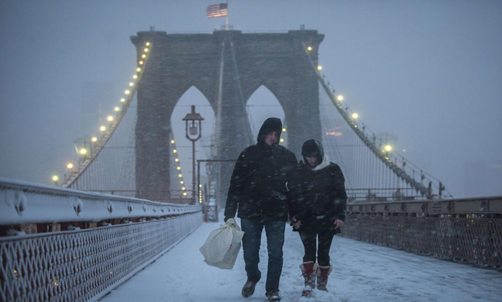 Una pareja se abre paso en el Puente Blooklyn de Nueva York.