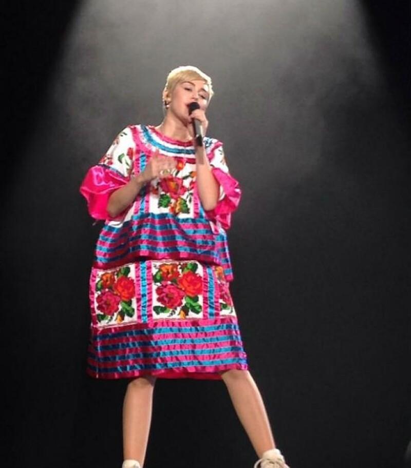 En su concierto en la Ciudad de México, Miley sorprendió al hacer un particular homenaje a México con este vestuario típico.