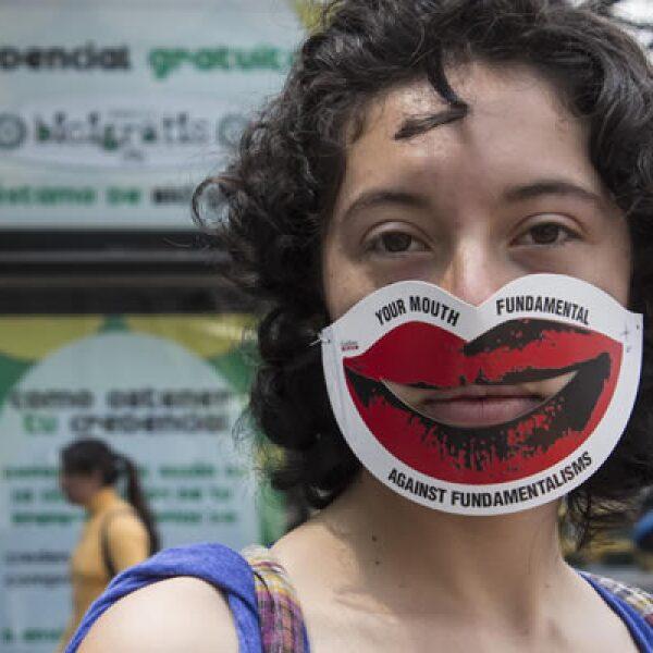 Ciudadanos y políticos participaron este sábado en una cadena humana para protestar por el proyecto de leyes secundarias de teleco que, según sus detractores, intenta poner trabas a la libertad de expresión.
