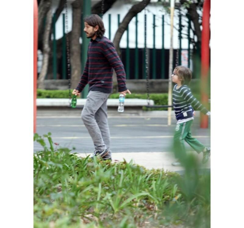 Mientras ellos jugaban Diego parecía resolver algunos asuntos en su celular, pero siempre pendiente de sus hijos.