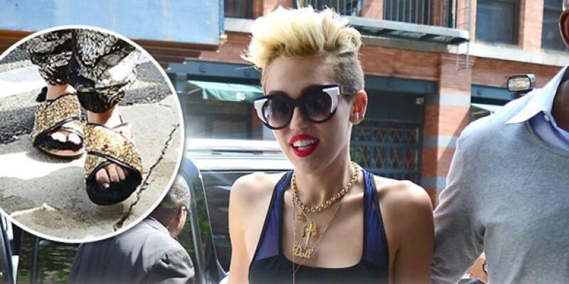 Ayer la cantante fue vista en las calles de Nueva York usando un par de zapatos que podrían pasar como pantuflas, pero no se vayan con la finta, éstos no salen nada baratos.