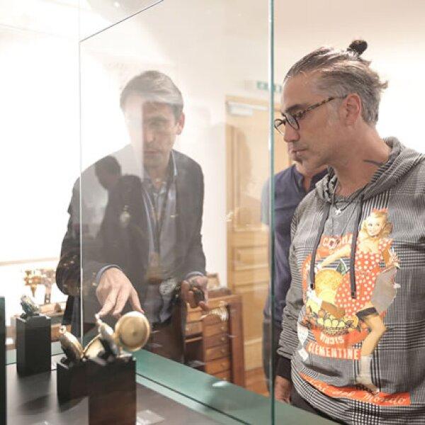 Recibió explicaciones de algunas de las piezas que se mostraron como parte de la exposición.