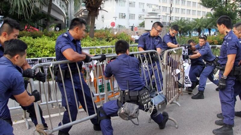 Los policías de Hong Kong levantando barricadas de los manifestantes en la ciudad asiática