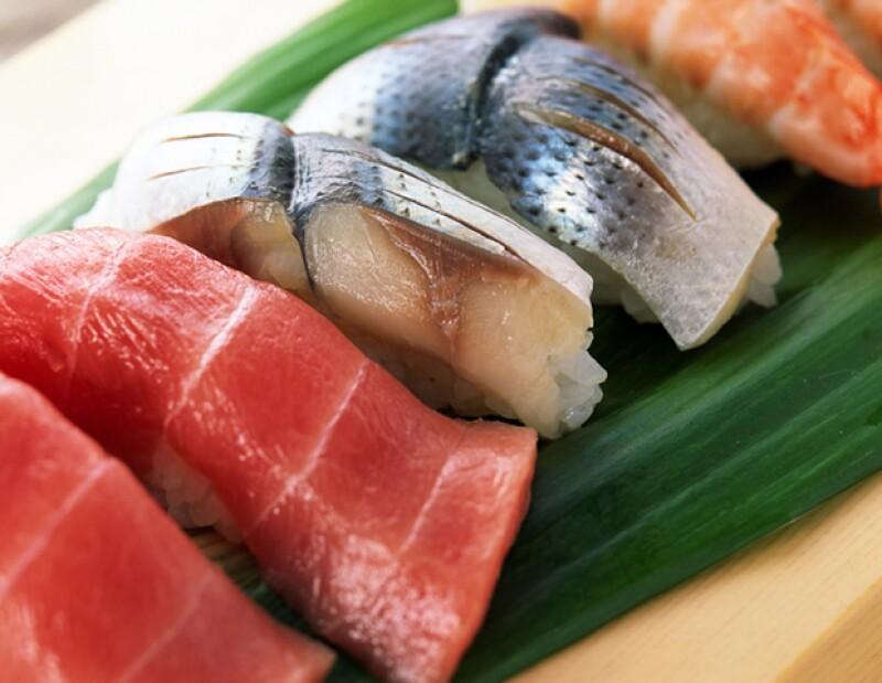 Además de los rayos del sol, la vitamina D la puedes encontrar en pescados.