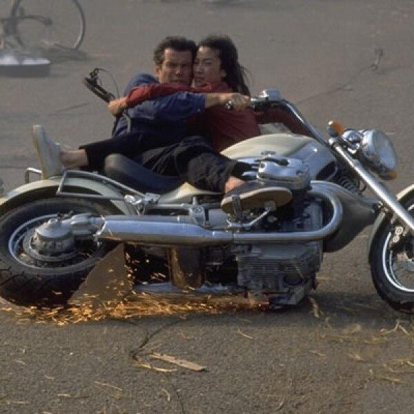 Porque no sólo de automóviles vive Bond, el espía más famoso del mundo también utilizó esta motocicleta de la firma alemana en la cinta 'Tomorrow Never Dies'.