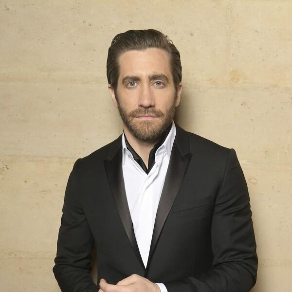 El actor Jake Gyllenhall en un elegante traje sin corbata para la gala