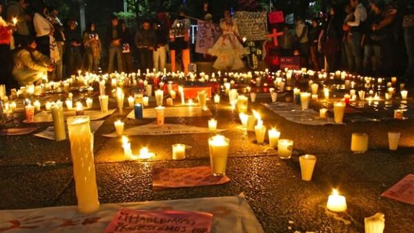 Manifestantes pidieron justicia ante la PGR por los feminicidios