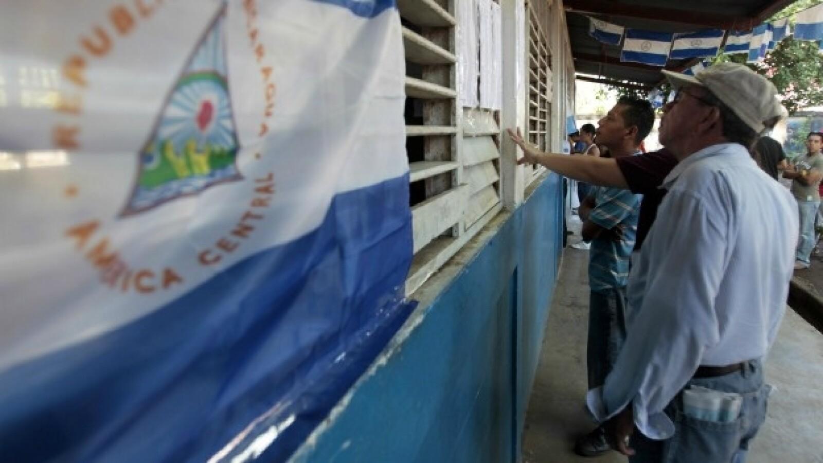 votante revisan listas de eleccion