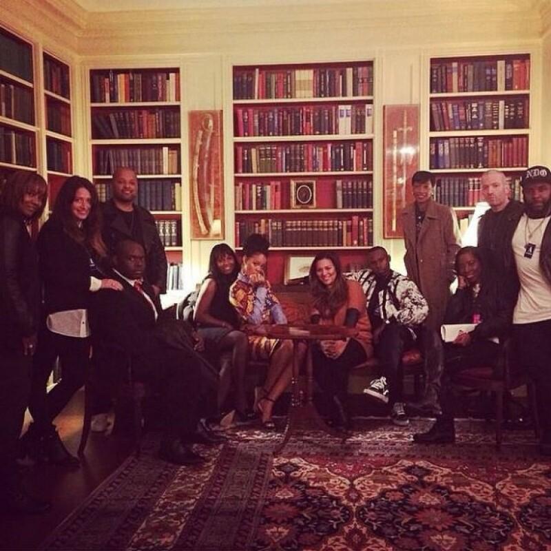 """Rihanna y su equipo. La artista afirmó sentirse dentro de las series """"West Wing"""" y """"Scandal""""."""
