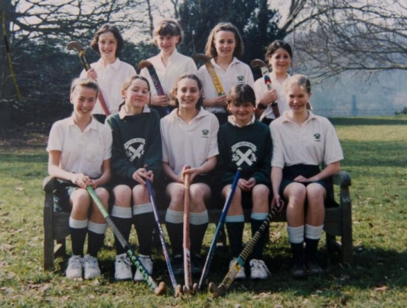 Sus ex compañeros de escuela aseguraron que Kate era tan adorable de niña como ahora. En la foto: fila frontal al centro.