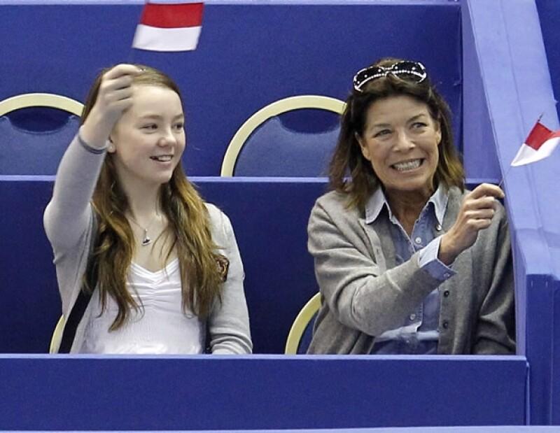 A Alexandra le apasiona el patinaje artístico y, además de practicarlo, no se pierde las competencias. Aquí en un evento en Niza, donde tanto ella como su madre apoyaron a Mónaco y se emocionaron con la participación de Kim Lucine.