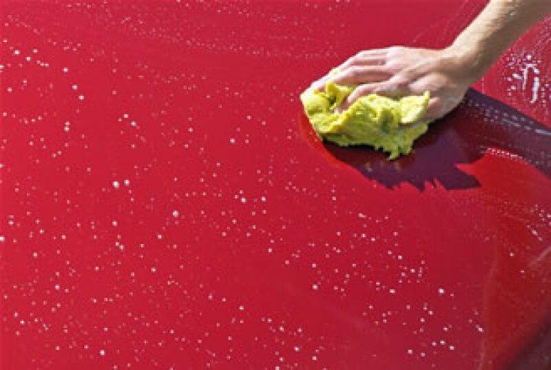 Los mechudos son poco recomendables. Es preferible utilizar materiales suaves para lavar el auto y jamás limpiarlo en seco. (Foto: Cortesía SXC)