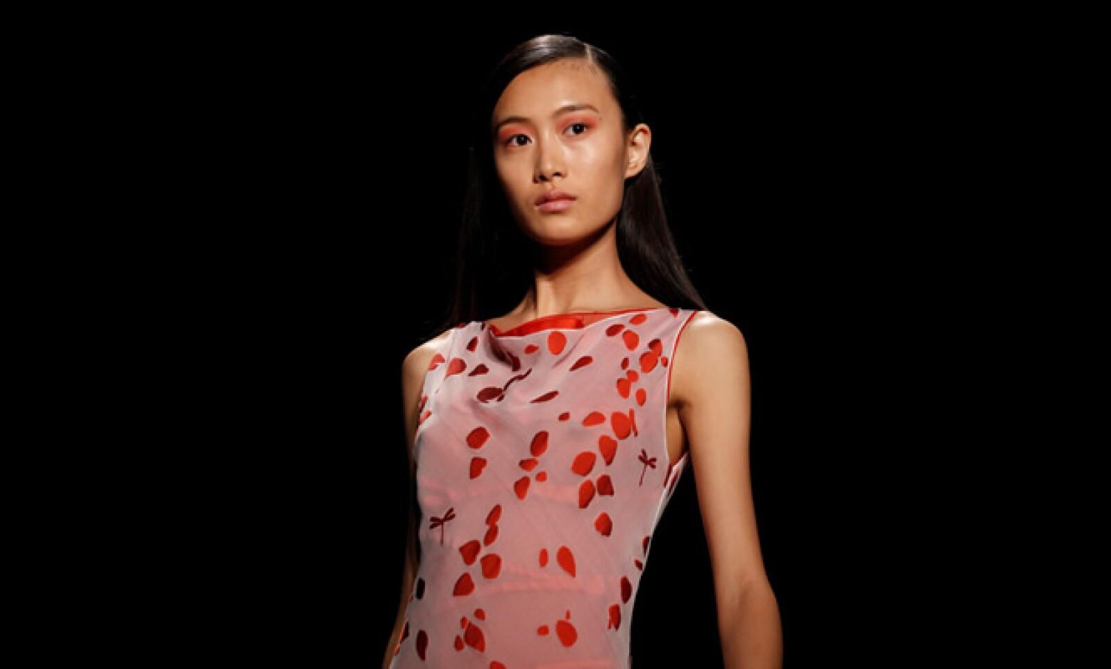 Narciso Rodríguez presentó su colección Primavera – Verano 2011 en la Semana de la Moda en Nueva York, con tonos dulces y tranquilos.