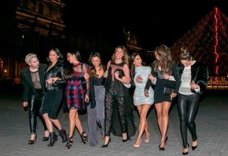 Tras una cena, Kim y sus amigas dieron un recorrido por París.