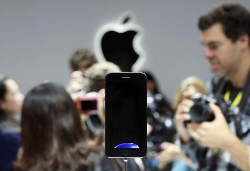 23455bf37c4 Unplugged Salvo el cable de carga y transferencia de datos, el iPhone 7 es  una pieza monolítica planeada para optimizar el espacio interno y abrir  nuevos ...