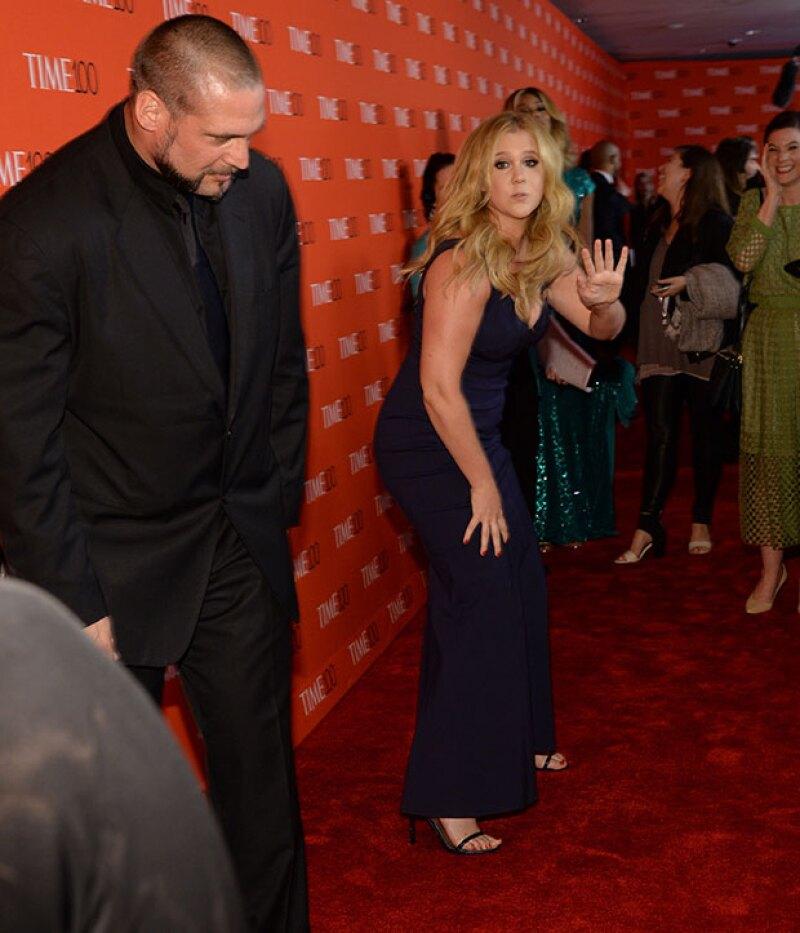 """Al final, la comediante se levanta del piso y se """"disculpa"""" con la pareja."""