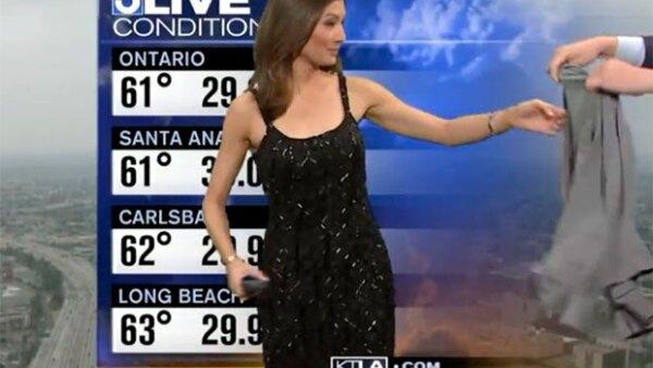 Liberté Chan, de la cadena KTLA, tuvo que ponerse un suéter luego de que los televidentes expresaran inconformidad con su vestido.