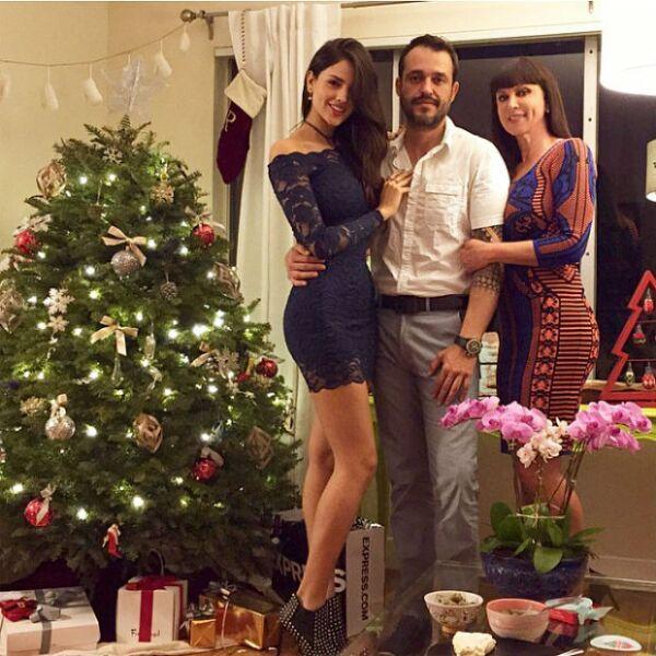 Retrato familiar con Eiza, Yulen y la manager de modelos Glenda Reyna.