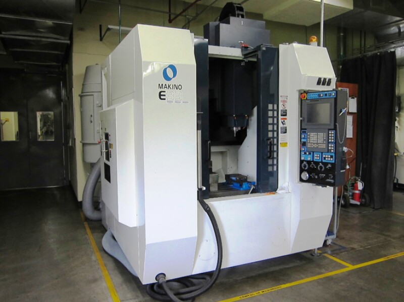 Centro de maquinado vertical CNC marca Makino, modelo E33 a�o 2007, con capacidad de carga de 500 kilogramos.