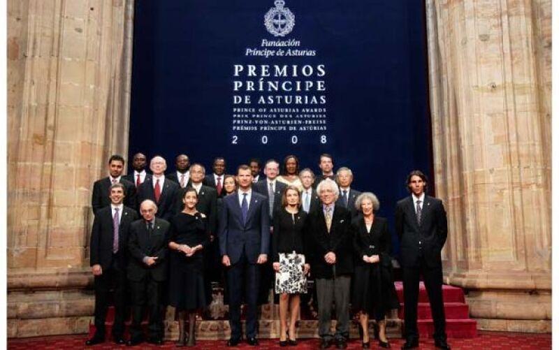 Los galardonados en las ocho categorías de los Premios Príncipe de Asturias posaron este viernes en la foto oficial junto al heredero de la corona española, Felipe de Borbón, y su esposa, Letizia.