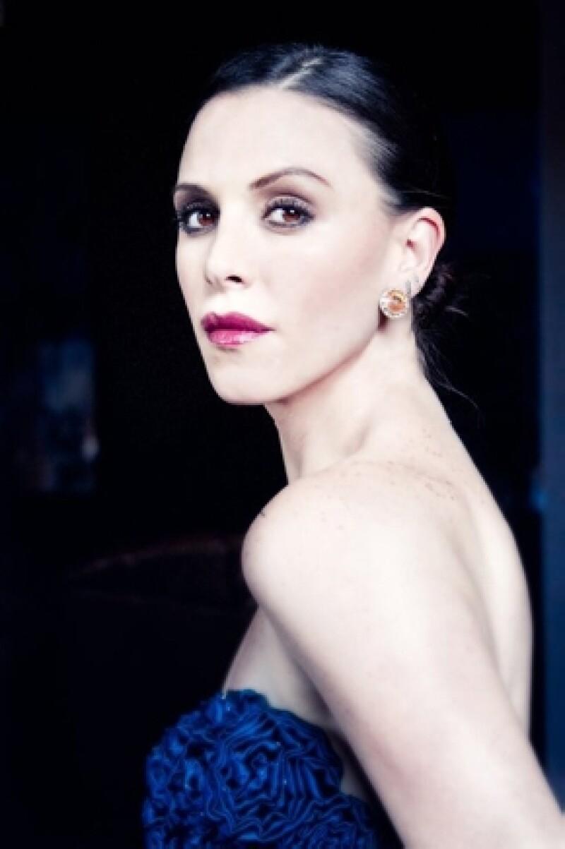 """La joven actriz dejó atrás el personaje de transexual que hizo en """"Las Aparicio"""" para convertirse en una maestra en esta serie juvenil."""