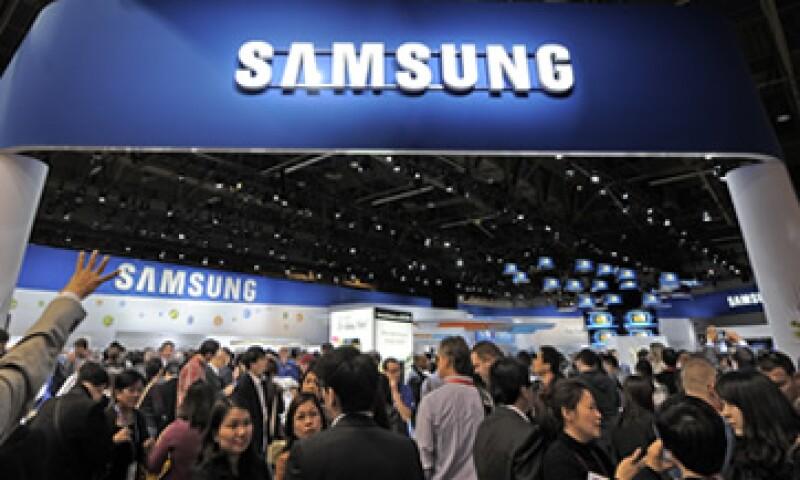 Analistas prevén que la firma eleve su inversión en chips para móviles y en pantallas planas OLED. (Foto: AP)